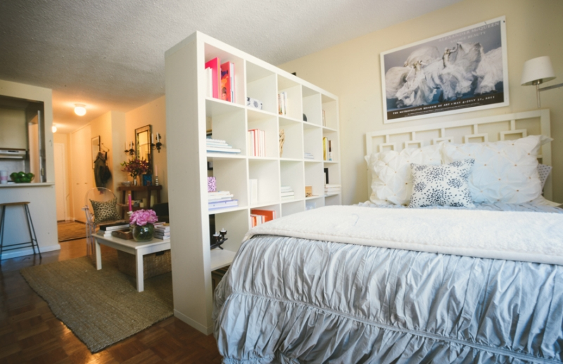 11 ways to divide your space at home with aptdeco for Studio apartments decorating small spaces